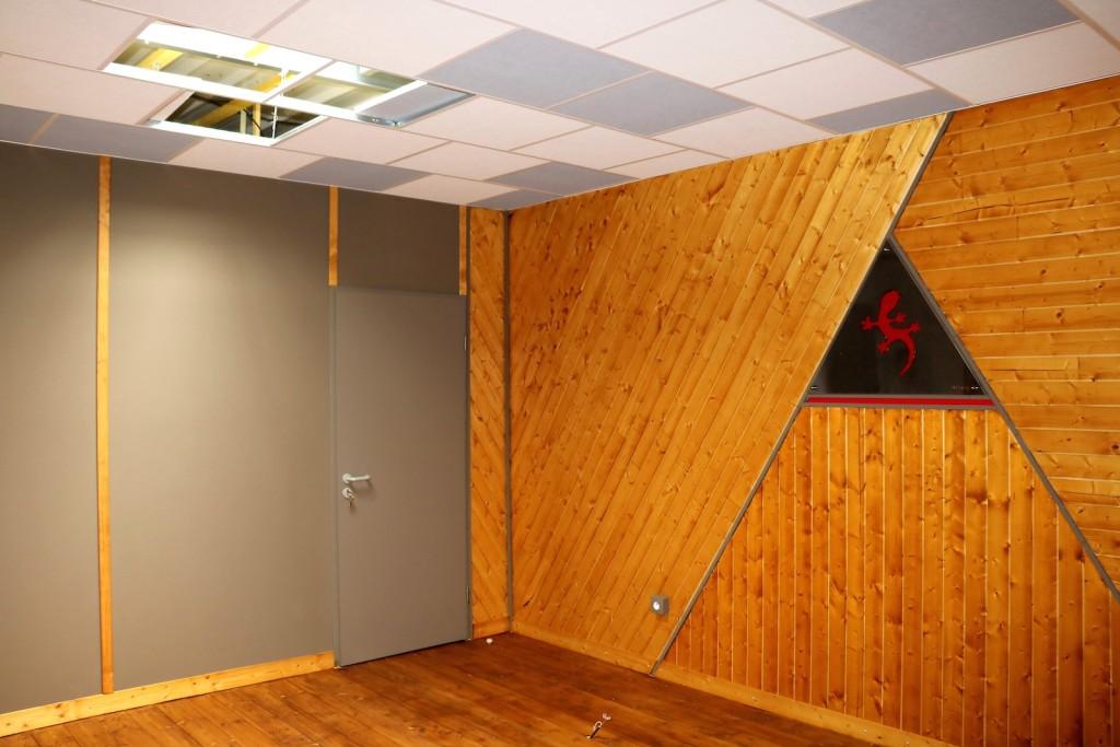 parquet flottant au mur interesting mur en pierre de parement intrieur et sol en parquet clair. Black Bedroom Furniture Sets. Home Design Ideas